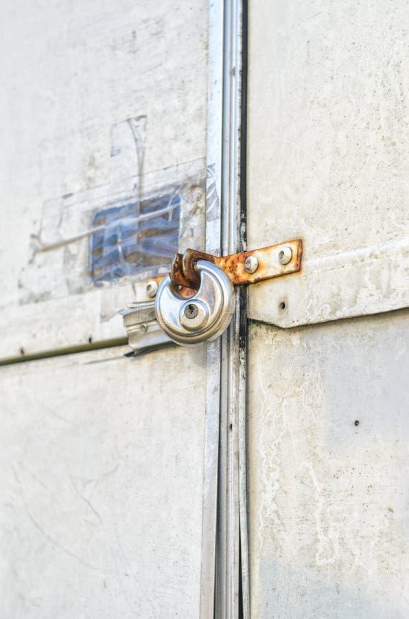 Κλειδαριά στην πόρτα ενός παλαιού ρυμουλκού στοκ εικόνες