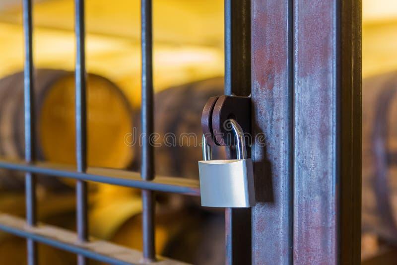 Κλειδαριά στην πόρτα στο κελάρι κρασιού στοκ εικόνα