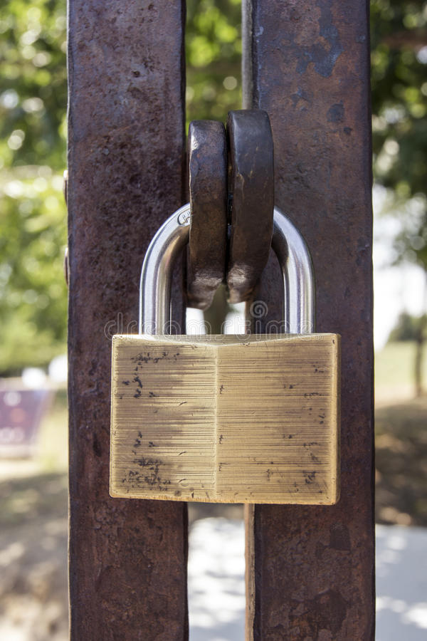 Κλειδαριά στην πύλη μετάλλων στοκ εικόνες με δικαίωμα ελεύθερης χρήσης