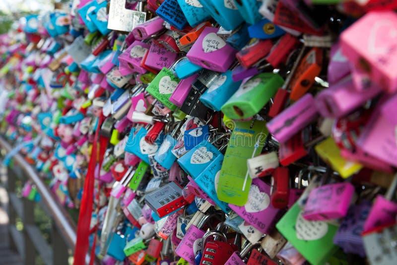 Κλειδαριές αγάπης σε έναν φράκτη, κινηματογράφηση σε πρώτο πλάνο στη Σεούλ, Νότια Κορέα στοκ εικόνες