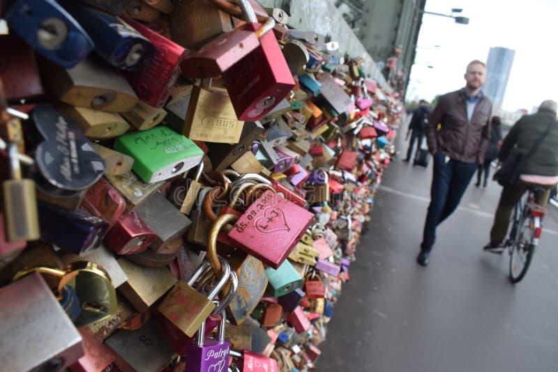 Κλειδαριές αγάπης στη γέφυρα Hohenzollern στην Κολωνία στοκ φωτογραφία με δικαίωμα ελεύθερης χρήσης