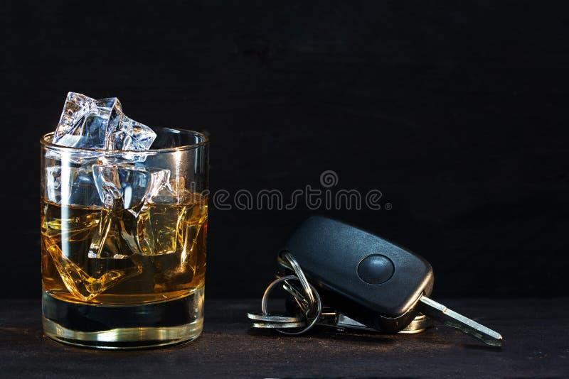 Κλειδιά γυαλιού και αυτοκινήτων ουίσκυ στο σκοτεινό αγροτικό ξύλο, οινόπνευμα έννοιας στοκ φωτογραφία με δικαίωμα ελεύθερης χρήσης