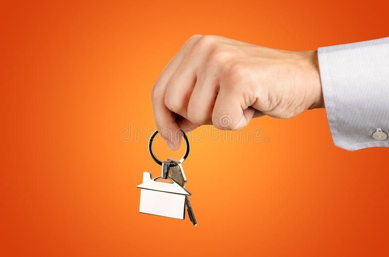 Κλειδιά εκμετάλλευσης χεριών ατόμων με για το καινούργιο σπίτι στοκ εικόνες