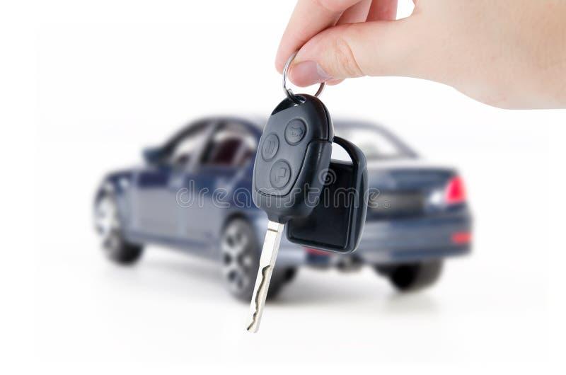 Κλειδιά εκμετάλλευσης χεριών για το νέο αυτοκίνητο Αγοράστε ή σύνθεση πώλησης στοκ φωτογραφία με δικαίωμα ελεύθερης χρήσης