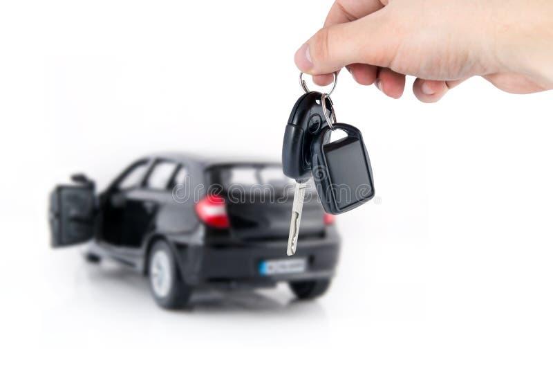 Κλειδιά εκμετάλλευσης χεριών για το νέο αυτοκίνητο στοκ εικόνες