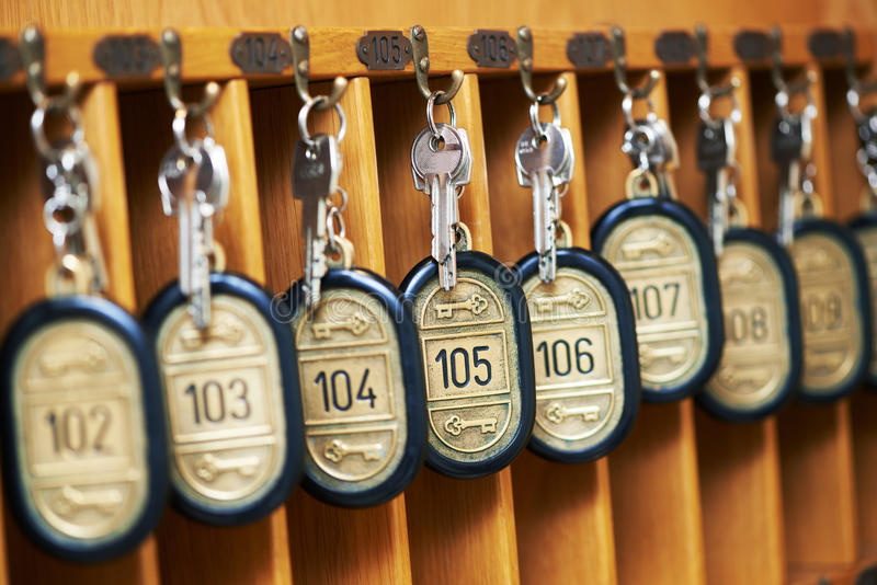 Κλειδιά ξενοδοχείων στο γραφείο στοκ εικόνες
