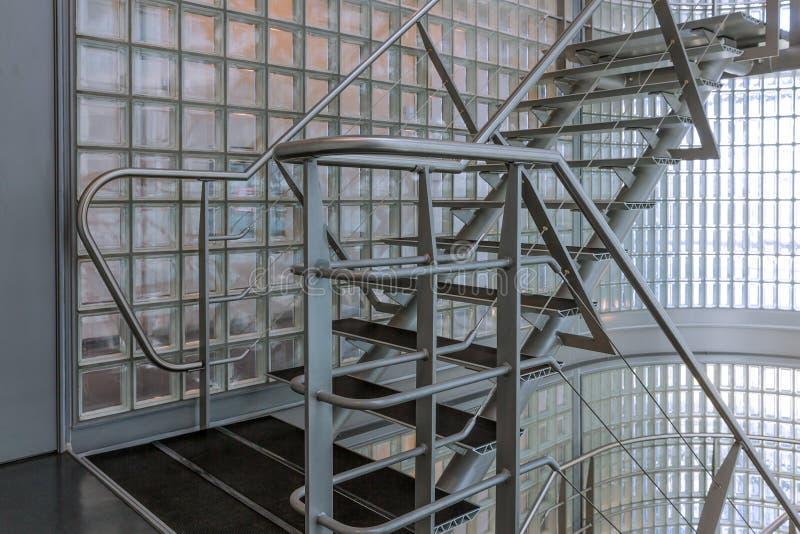 Κλιμακοστάσιο χάλυβα σε ένα σύγχρονο κτίριο γραφείων στοκ φωτογραφία