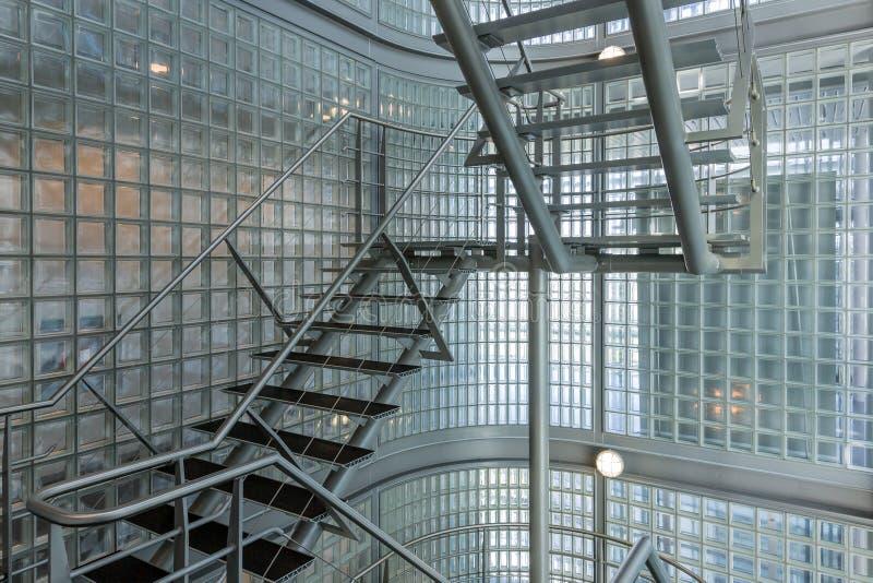 Κλιμακοστάσιο χάλυβα σε ένα σύγχρονο κτίριο γραφείων στοκ φωτογραφίες