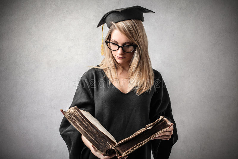 Κλιμακωτή γυναίκα που διαβάζει ένα βιβλίο στοκ εικόνα