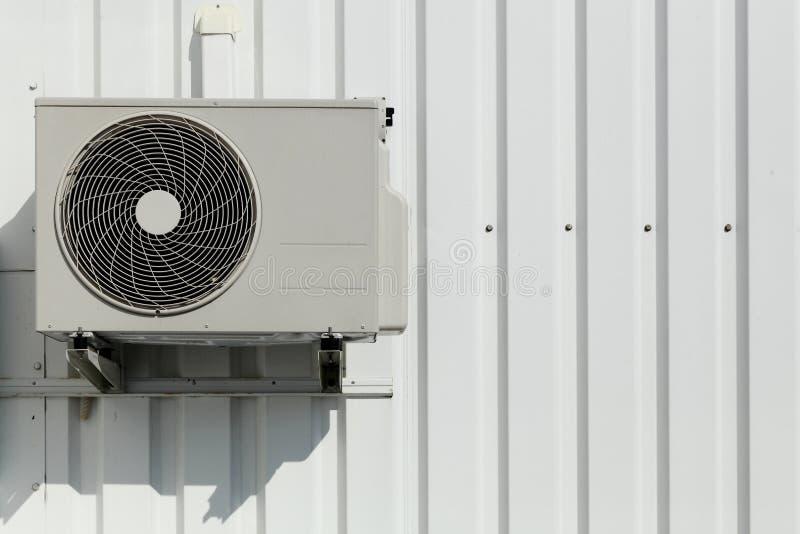 Κλιματιστικό μηχάνημα σε έναν τοίχο στοκ φωτογραφία