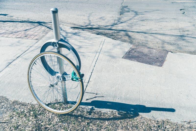 Κλοπή ποδηλάτων με την κλειδωμένη ρόδα στοκ εικόνες