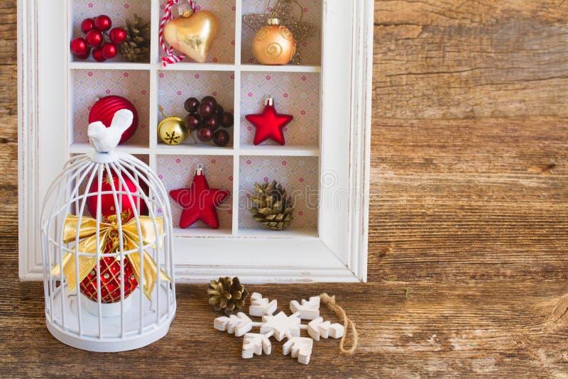 Κλουβί με τη σφαίρα Χριστουγέννων στοκ φωτογραφία με δικαίωμα ελεύθερης χρήσης