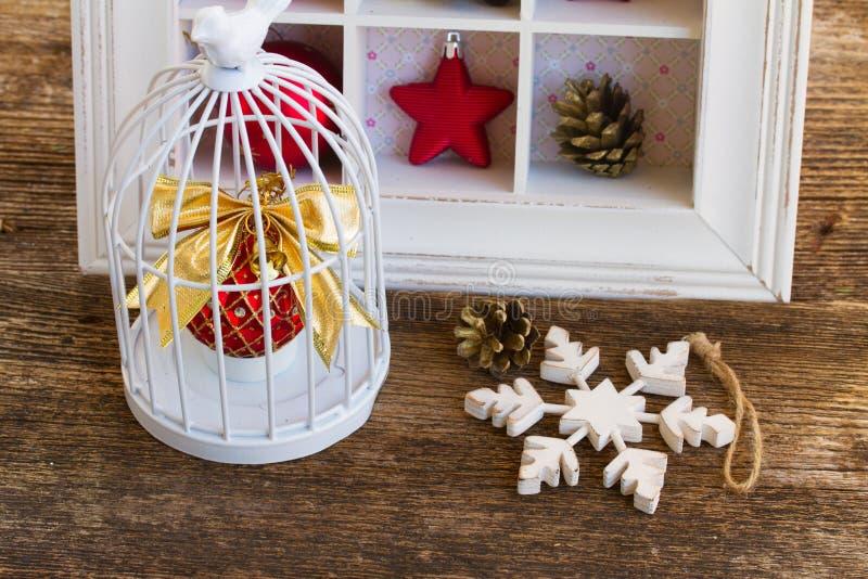 Κλουβί με τη σφαίρα Χριστουγέννων στοκ φωτογραφίες