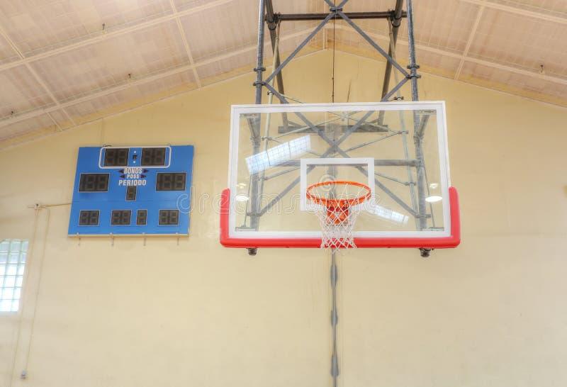 Κλουβί στεφανών καλαθοσφαίρισης με τον πίνακα αποτελέσματος στοκ φωτογραφία με δικαίωμα ελεύθερης χρήσης