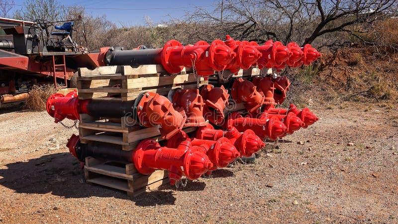 Κλουβί των ολοκαίνουργιων κόκκινων στομίων υδροληψίας πυρκαγιάς που εγκαθίστανται στοκ φωτογραφία με δικαίωμα ελεύθερης χρήσης