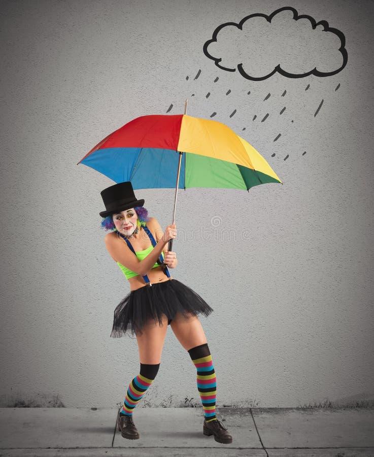 Κλόουν με την ομπρέλα ουράνιων τόξων στοκ φωτογραφία με δικαίωμα ελεύθερης χρήσης