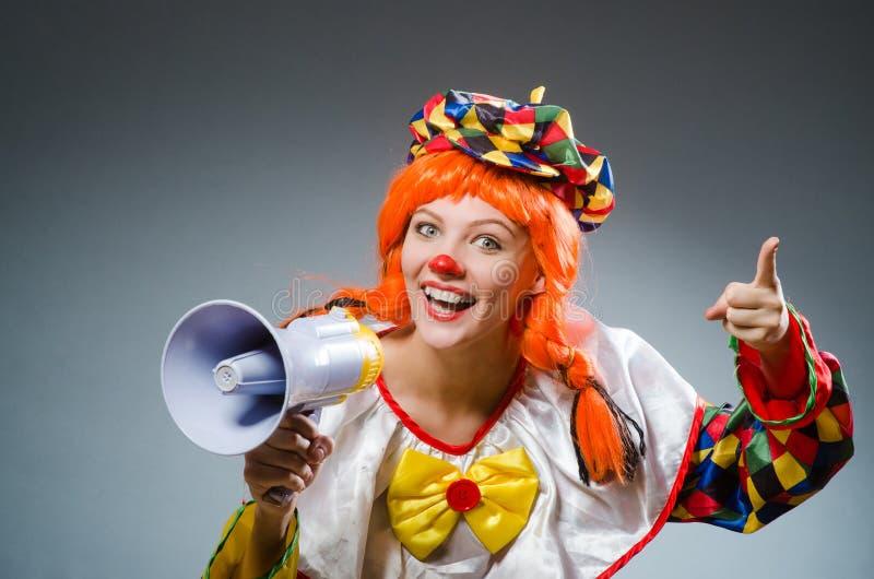 Download Κλόουν στην αστεία έννοια στο σκοτεινό υπόβαθρο Στοκ Εικόνα - εικόνα από εορτασμός, χαρά: 62706087