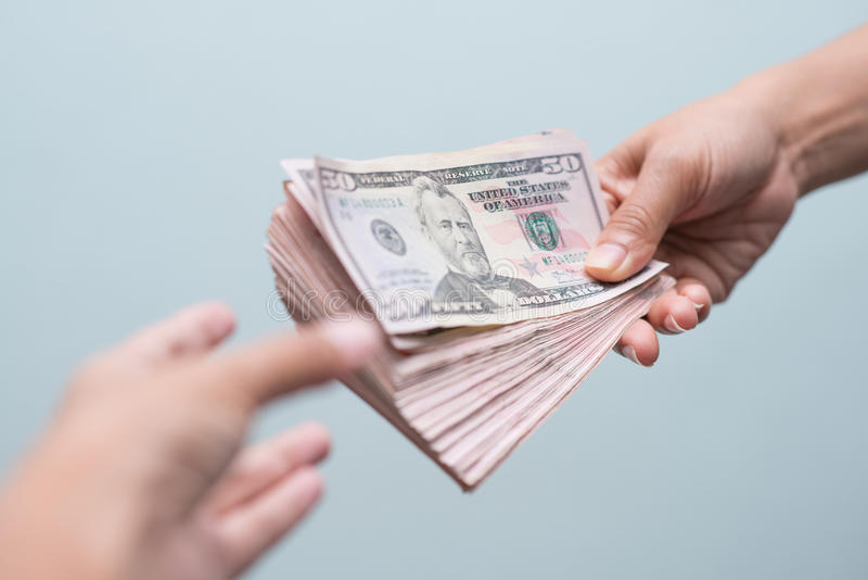 Λάβετε τα χρήματα από τον πελάτη στοκ φωτογραφία