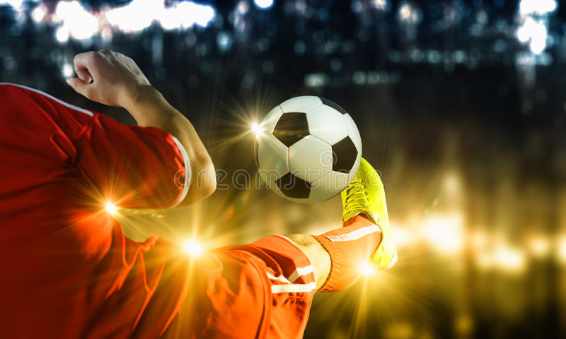 Λάκτισμα ποδοσφαίρου στοκ εικόνες με δικαίωμα ελεύθερης χρήσης