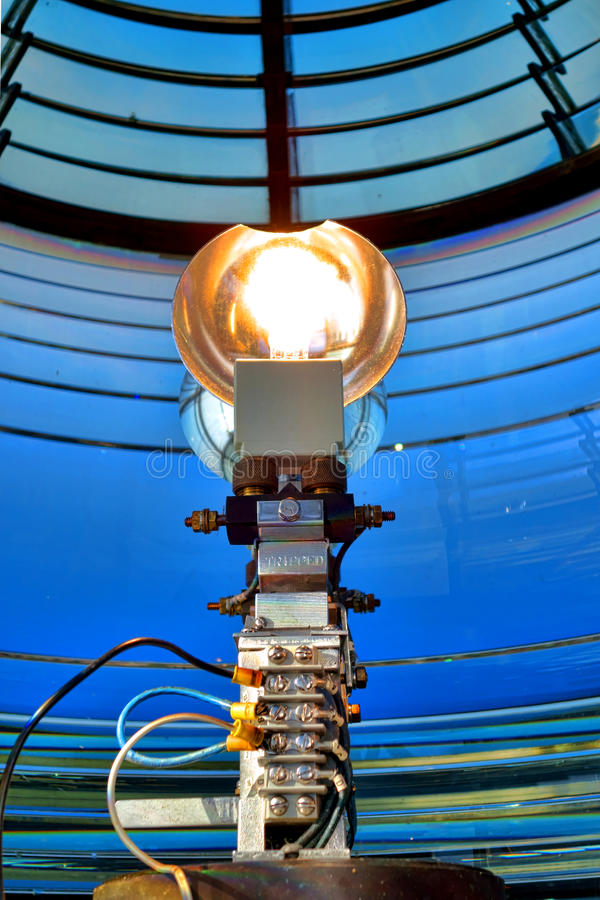 Λάμπα φωτός αναγνωριστικών σημάτων στο φάρο Fresnel ναυσιπλοΐας στοκ φωτογραφία
