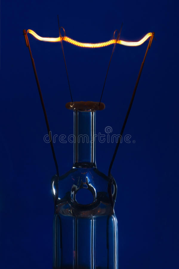Λάμπα φωτός γυαλιού με να καψει την ίνα κατακόρυφα με το μπλε backgro στοκ εικόνες