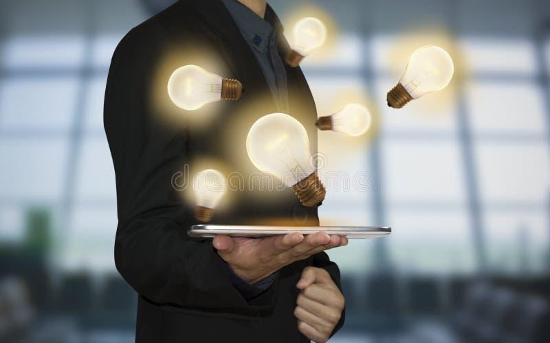 Λάμπα φωτός εκμετάλλευσης επιχειρησιακών χεριών Έννοια των νέων ιδεών στοκ εικόνες με δικαίωμα ελεύθερης χρήσης