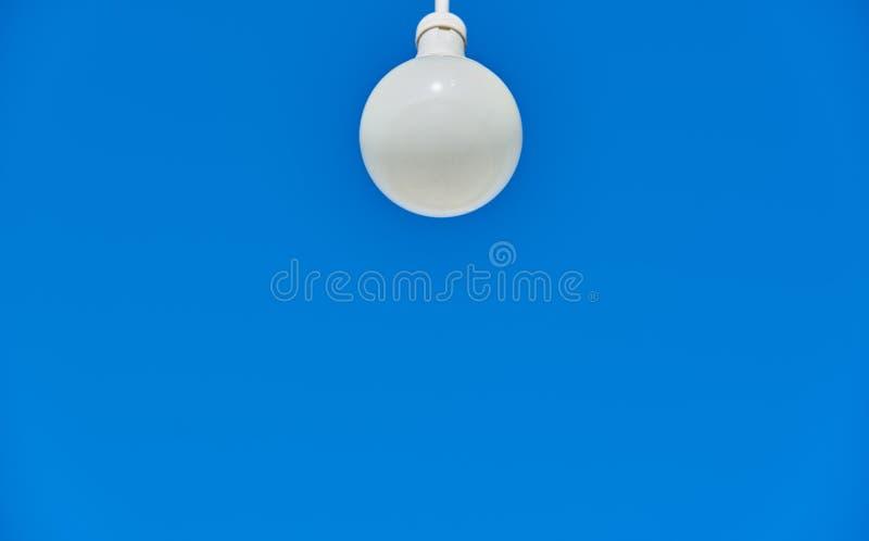 Λάμπα φωτός με έναν μπλε ουρανό στο υπόβαθρο στοκ φωτογραφία με δικαίωμα ελεύθερης χρήσης