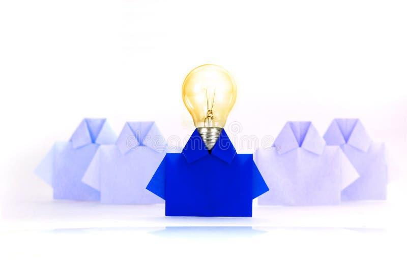 Λάμπα φωτός σε ένα μπλε μεταξύ του άσπρου εγγράφου πουκάμισων origami, μοναδικού στοκ εικόνες με δικαίωμα ελεύθερης χρήσης