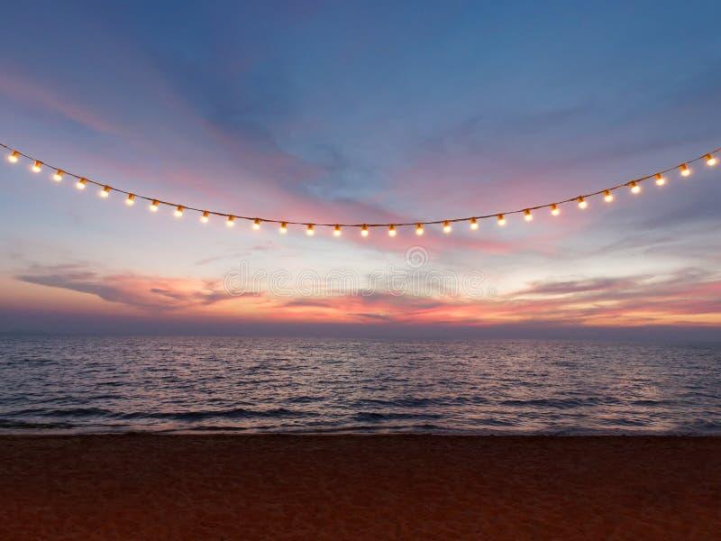 Λάμπες φωτός στο καλώδιο σειράς ενάντια στον ουρανό ηλιοβασιλέματος στοκ εικόνες με δικαίωμα ελεύθερης χρήσης