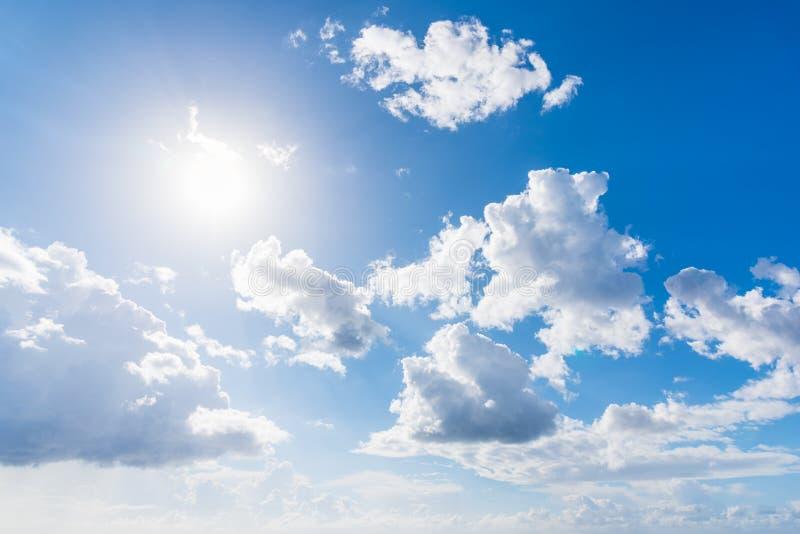 Λάμποντας ήλιος και άσπρα σύννεφα στοκ εικόνες