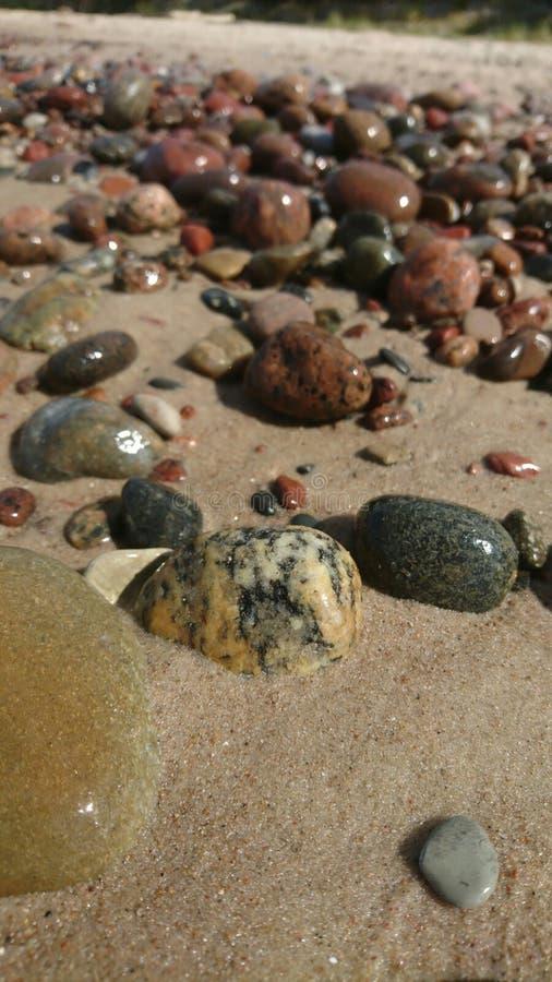Λάμποντας πέτρες στην παραλία στοκ φωτογραφίες με δικαίωμα ελεύθερης χρήσης