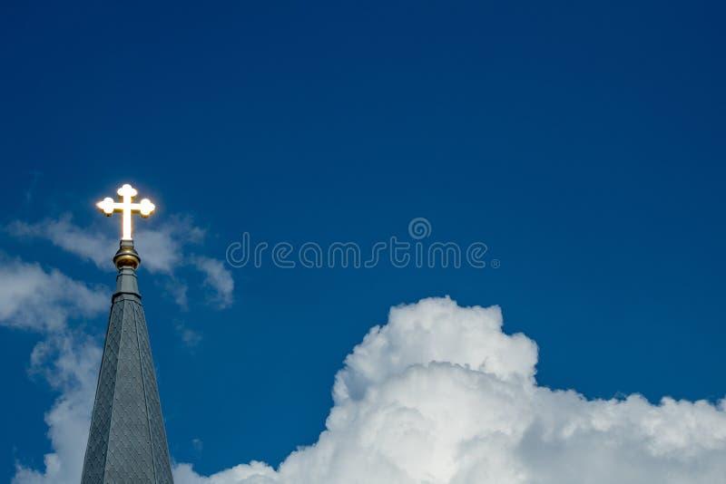 Λάμποντας σταυρός στον ουρανό στοκ φωτογραφία