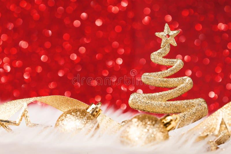 Λάμποντας χριστουγεννιάτικο δέντρο στο κόκκινο υπόβαθρο στοκ φωτογραφία με δικαίωμα ελεύθερης χρήσης