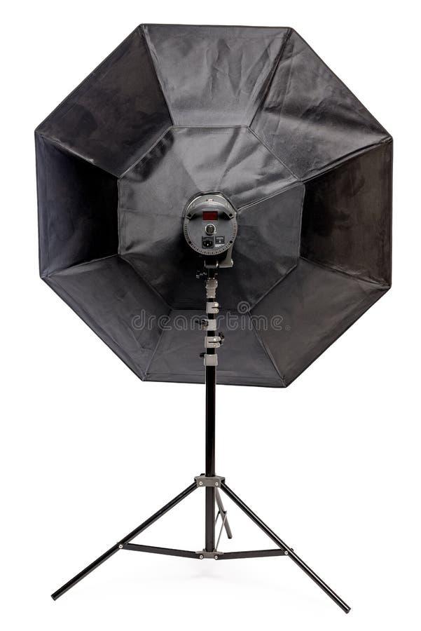 λάμψη εξοπλισμού με το οκτάγωνο softbox στο ράφι στην κινηματογράφηση σε πρώτο πλάνο στούντιο σε ένα λευκό στοκ εικόνες