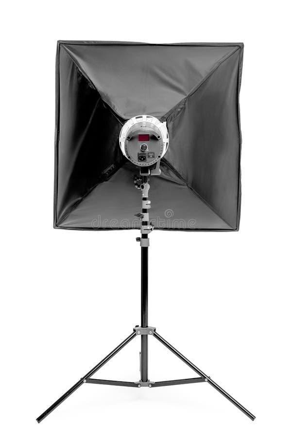 λάμψη εξοπλισμού στούντιο με ένα τετραγωνικό μαλακό κιβώτιο στο ράφι σε ένα λευκό στοκ φωτογραφία με δικαίωμα ελεύθερης χρήσης