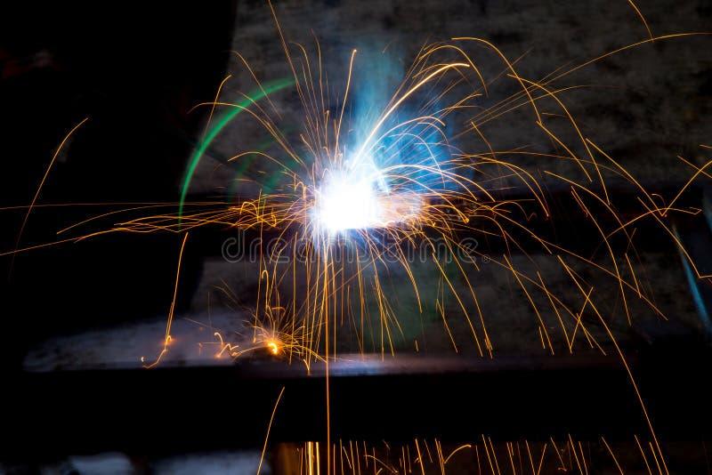 Λάμψη και σπινθήρες από την ηλεκτρική συγκόλληση στοκ εικόνα