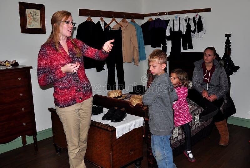 Λάνκαστερ, PA: Docent με τα παιδιά στο μουσείο σπιτιών Amish στοκ εικόνα
