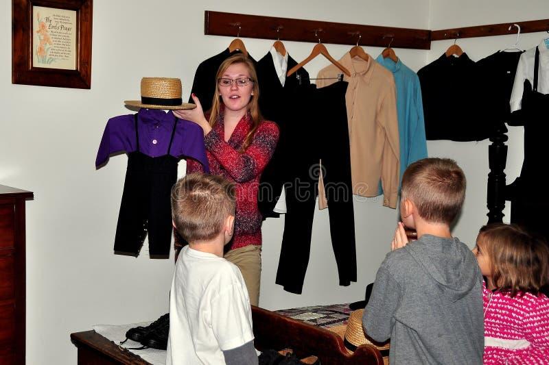 Λάνκαστερ, PA: Docent με τα παιδιά στο μουσείο σπιτιών Amish στοκ φωτογραφία με δικαίωμα ελεύθερης χρήσης