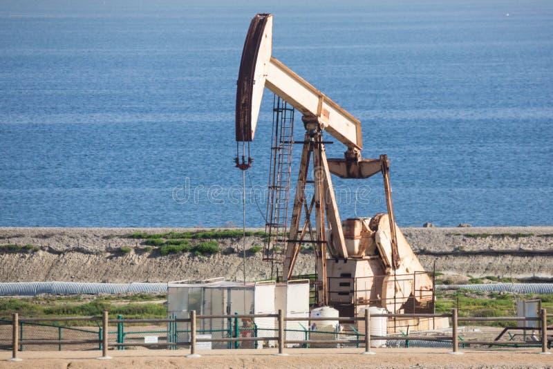 Λάσπη αντλιών φορτωτήρων πετρελαίου στη δυτική ακτή παραλιών στοκ φωτογραφίες