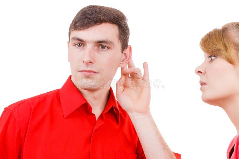 Λέγοντας άνδρας γυναικών μερικά μυστικά, ομιλία ζευγών στοκ φωτογραφία με δικαίωμα ελεύθερης χρήσης