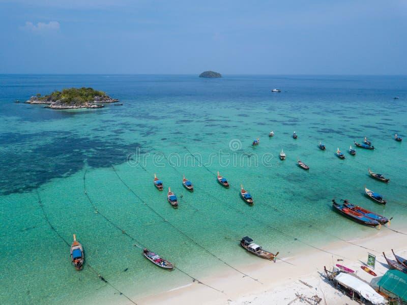 Λέμβοι πλοίου στη Koh Θάλασσα Ανταμάν παραλιών Lipe, στοκ εικόνα