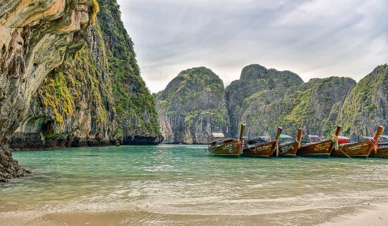 Λέμβοι πλοίου της Ταϊλάνδης στο φυσικό τοπίο στοκ εικόνες