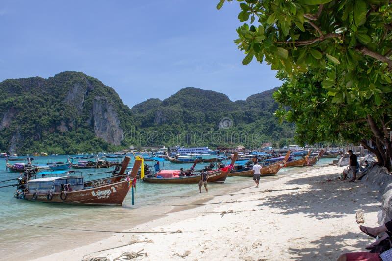 Λέμβος πλοίου που ελλιμενίζεται στις ακτές Phi Phi του νησιού στοκ εικόνα με δικαίωμα ελεύθερης χρήσης