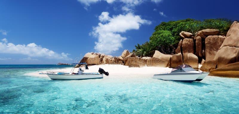 Λέμβος ταχύτητας στην παραλία του νησιού κοκοφοινίκων, Σεϋχέλλες στοκ φωτογραφία με δικαίωμα ελεύθερης χρήσης