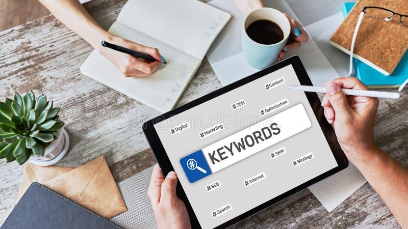 Λέξεις-κλειδιά SEO, βελτιστοποίηση της μηχανής αναζήτησης και μάρκετινγκ στο Internet στην οθόνη στοκ φωτογραφία
