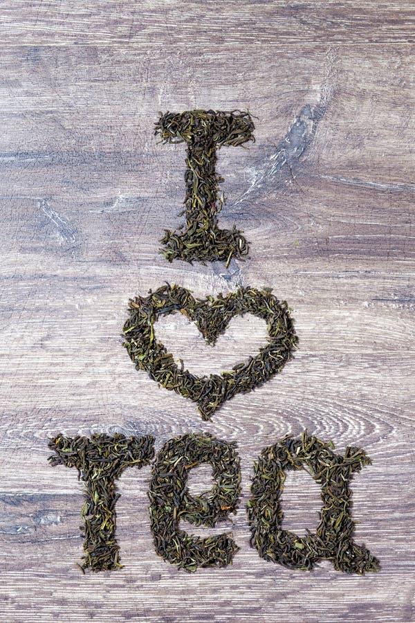 Λέξεις φιαγμένες σ' αγαπώ από πράσινα φύλλα τσαγιού στοκ εικόνα