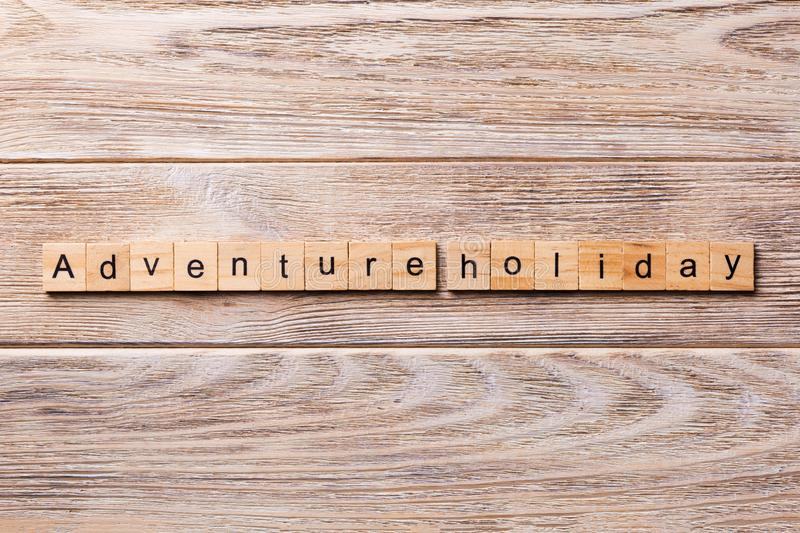 Λέξη διακοπών περιπέτειας που γράφεται στον ξύλινο φραγμό κείμενο διακοπών περιπέτειας στον ξύλινο πίνακα για σας, έννοια στοκ φωτογραφία με δικαίωμα ελεύθερης χρήσης