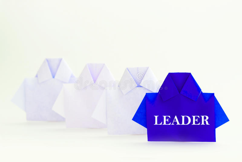 Λέξη ηγετών σε ένα μπλε μεταξύ του άσπρου εγγράφου πουκάμισων origami, μοναδικού στοκ φωτογραφίες