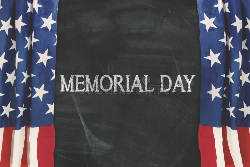 Λέξη ημέρας μνήμης με την κουρτίνα της αμερικανικής σημαίας στοκ εικόνα