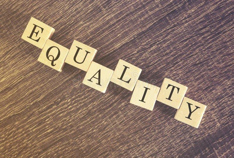 Λέξη ισότητας που διαμορφώνεται με τους ξύλινους φραγμούς στοκ φωτογραφία με δικαίωμα ελεύθερης χρήσης